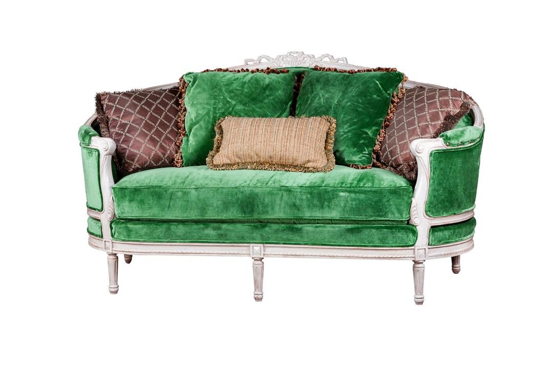 Диван ПровансДвухместные диваны<br>&amp;lt;div&amp;gt;Уютный мини-диванчик в пышном французском стиле обит роскошным велюром ярко-изумрудного цвета. Блестящий ворс, его мягкая текстура и жизнерадостный оттенок прованской зелени добавят интерьеру игривую нотку. Дополнительный колорит вносят большие декоративные подушки, а также беленые резные ножки и каркас, сработанные из натурального массива.&amp;lt;/div&amp;gt;<br><br>Material: Велюр<br>Length см: 190<br>Width см: 100<br>Height см: 105