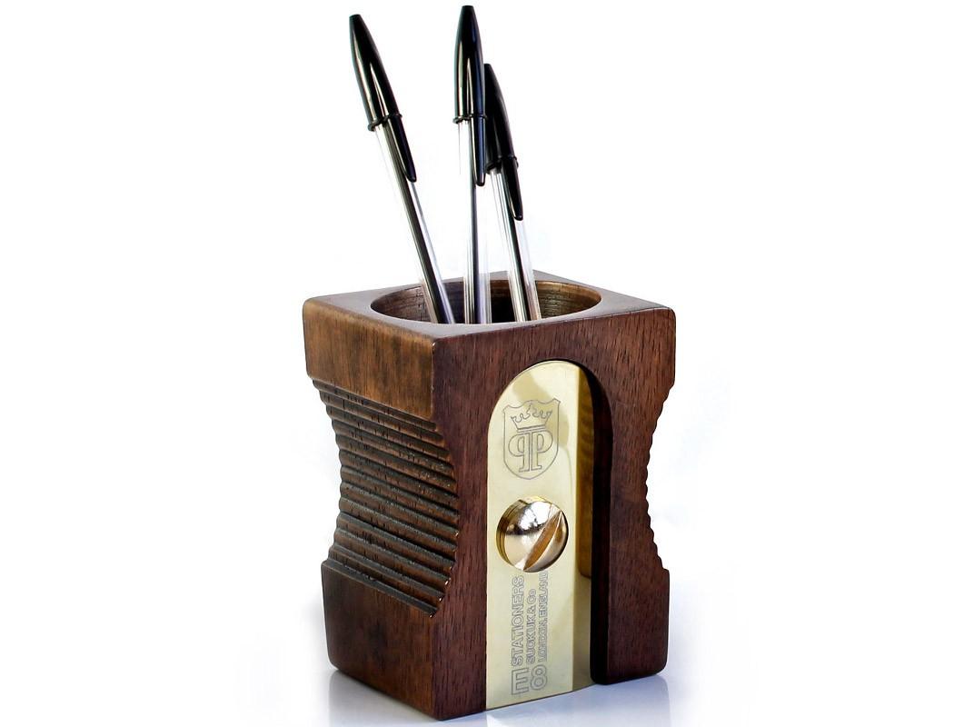Органайзер для рабочего стола SharpenerДругое<br>Эксклюзивный органайзер для рабочего стола. Знаковый предмет, пряго говорящий о его назначении. Цельное каучуковое дерево, сталь, отличное качество и подарочная коробка - подойдет в качестве подарка боссу. Он обязательно оценит ваш нестандартный подход к привычным вещам и оригинальность подарка. Каучуковое дерево - высококачественный материал, произрастающий в странах Азии. Сок этого дерева используют для приготовления латекса.  <br>В органайзере удобно хранить все-все-все мелочи. которые живут на вашем рабочем столе, от ручек и карандашей до линеек и ножниц.<br><br>Material: Дерево<br>Width см: 8,5<br>Depth см: 8,5<br>Height см: 12