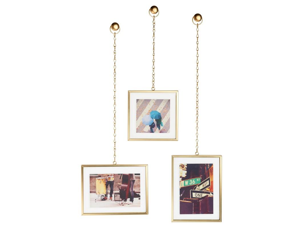 Мультирамка FotochainРамки для фотографий<br>Набор из трех декоративных рамок для фотографий, каждая из которых подвешена на цепочку и напоминает ювелирное украшение. Хотите создать свою фотогалерею? С таким набором она будет выглядеть дорого и эксклюзивно, превращая даже простую открытку в произведение искусства.<br>Рамки выполнены из стали с матовым золотистым покрытием &amp;quot;латунь&amp;quot;, каждая фотография прячется под стеклом. Крепёжные элементы в комплекте.<br>Размеры:<br>– фоторамка 15.2 х 15.2 см, длина цепочки – 23 см (для фото размером 10 х 10 см);<br>– фоторамка 15.2 х 20.3 см, длина цепочки – 43 см (для фото размером 10 х 15 см);<br>– фоторамка 20.3 х 15.2 см, длина цепочки – 41 см (для фото размером 15 х 10 см).<br><br>Material: Металл<br>Ширина см: 20<br>Высота см: 43<br>Глубина см: 1
