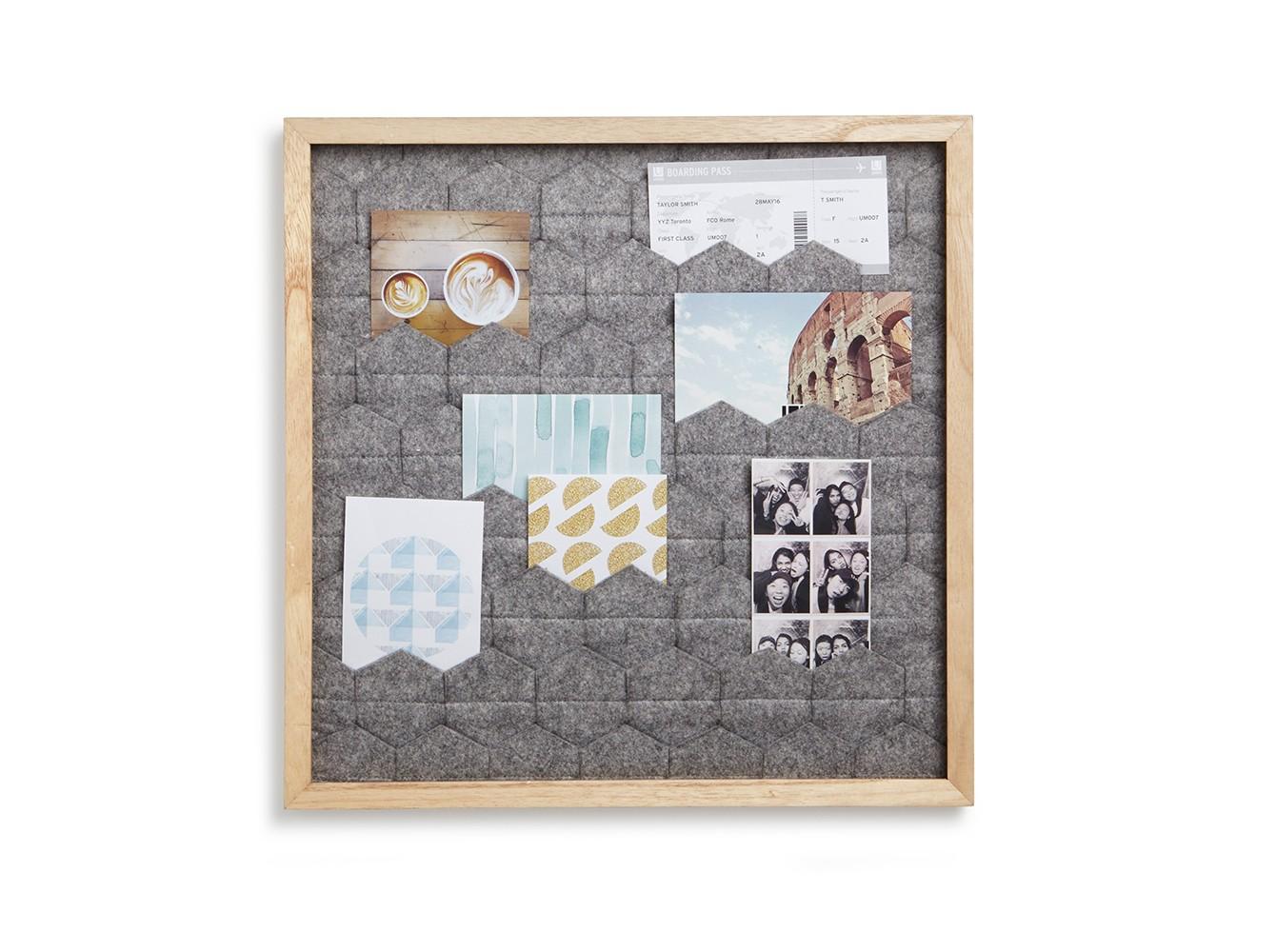 Фотопанно с кармашками для фото TuckitРамки для фотографий<br>Необычное решение для создания фото-композиций. Слои серого фетра в форме шестиугольников создают геометрический орнамент внутри рамки из натурального дерева. Фотографии можно расположить под уголками ткани в свободном порядке. Никакие дополнительные крепления не требуются. <br><br>Дизайн: Jade Dumrath&amp;lt;div&amp;gt;&amp;lt;br&amp;gt;&amp;lt;/div&amp;gt;<br><br>Material: Шерсть<br>Width см: 33,7<br>Depth см: 3<br>Height см: 33,7